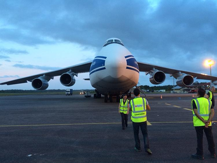The An-124 carrying LPF arrives at Kourou
